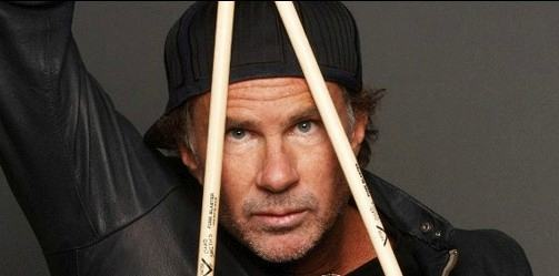 Red Hot Chili Peppers: 220 chili di spaghetti sul batterista Chad Smith